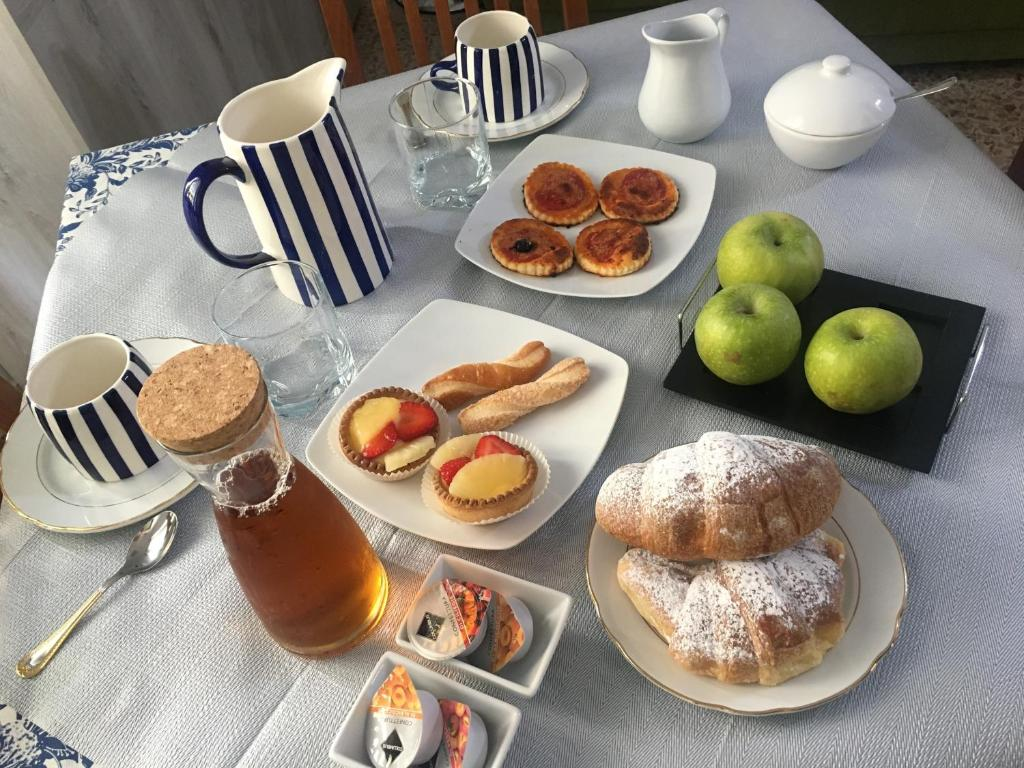 Breakfast options available to guests at B&B del Corso