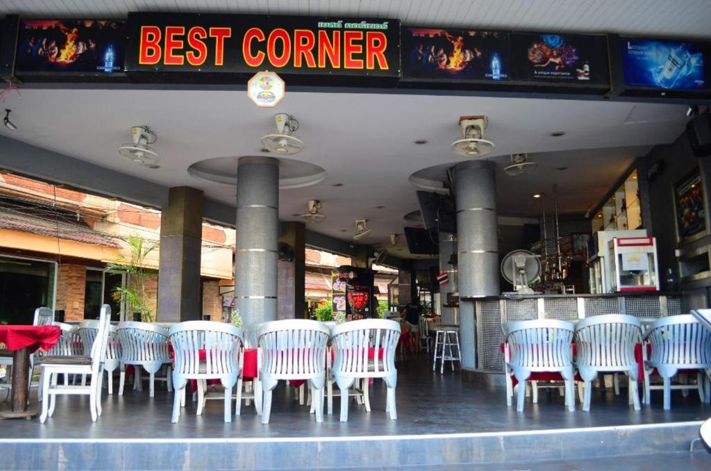A restaurant or other place to eat at Best Corner Pattaya