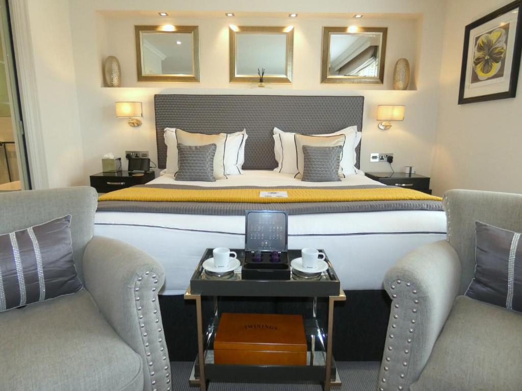 A bed or beds in a room at Tavistock House Hotel