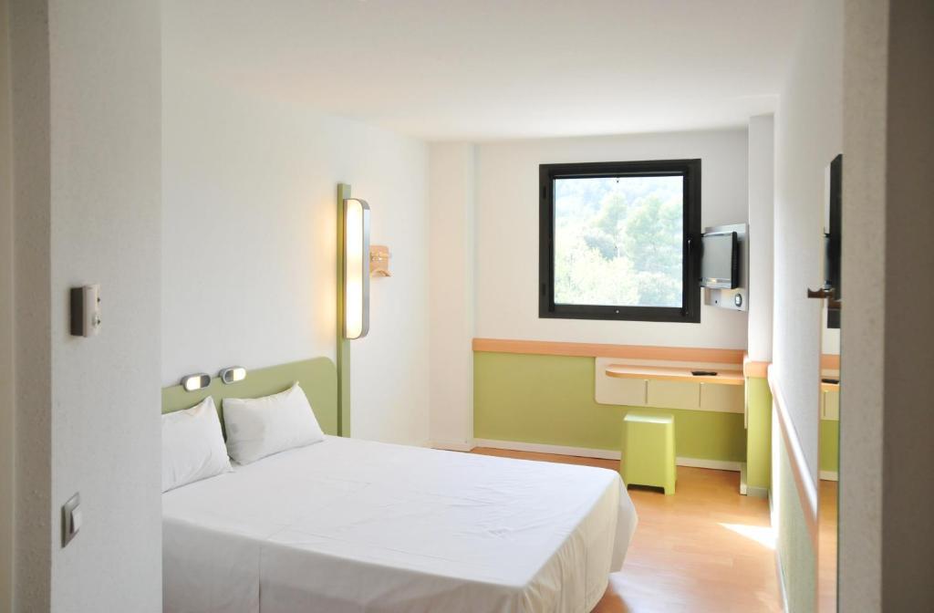 Кровать или кровати в номере Ibis Budget Girona Costa Brava