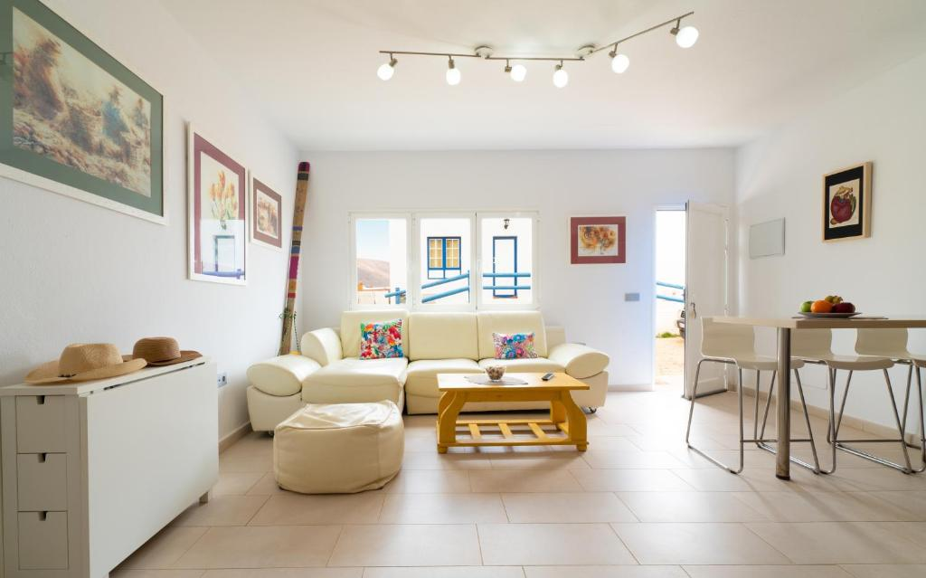 A seating area at APARTAMENTO LOS REMOS DE LA GRACIOSA