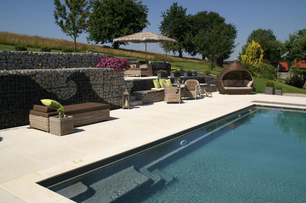Der Swimmingpool an oder in der Nähe von Pension Heindlhof