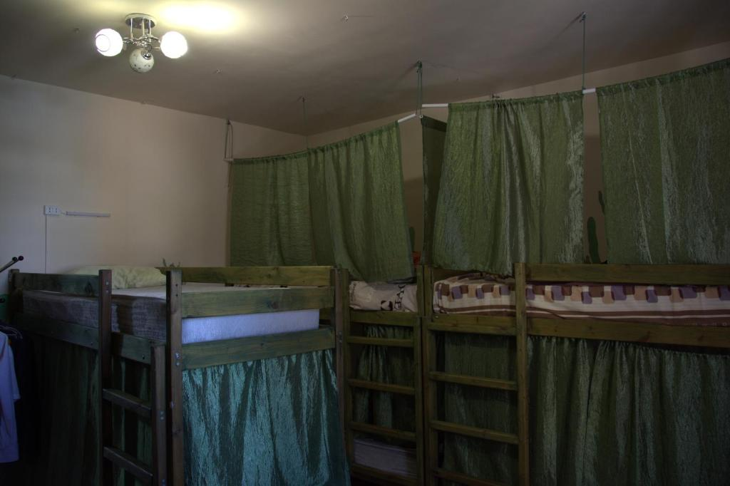 Двухъярусная кровать или двухъярусные кровати в номере Hostel V Okrug Sveta (Center)