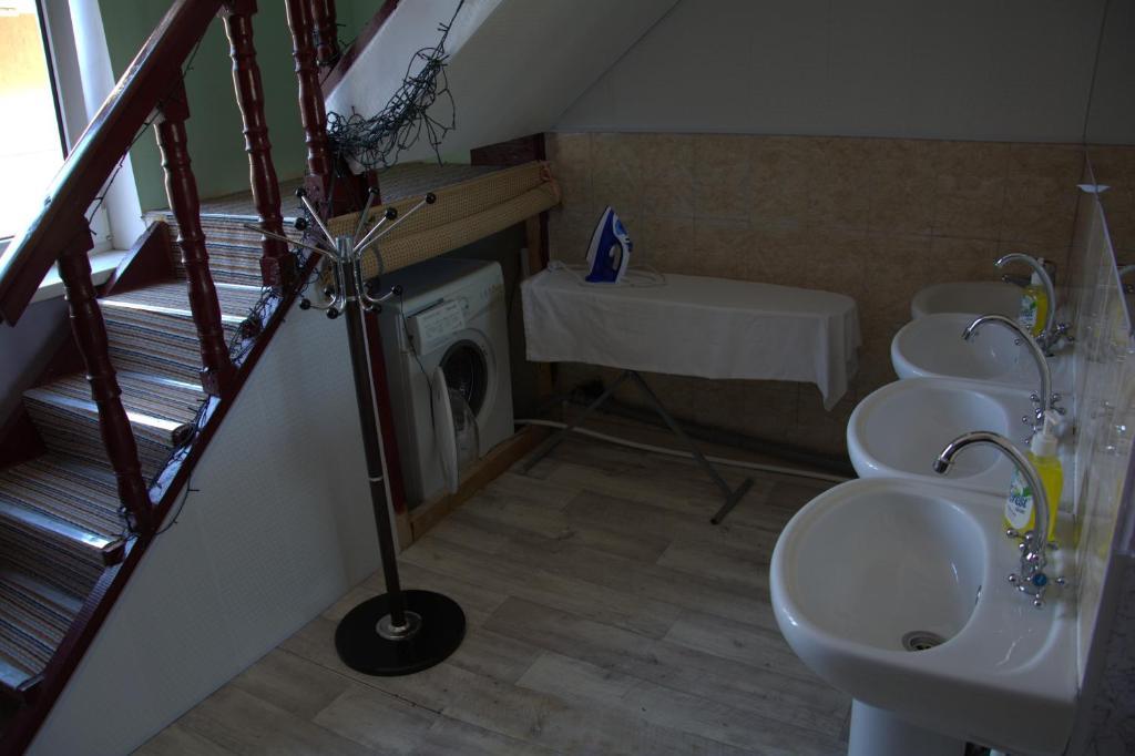 A bathroom at Hostel V Okrug Sveta (Center)