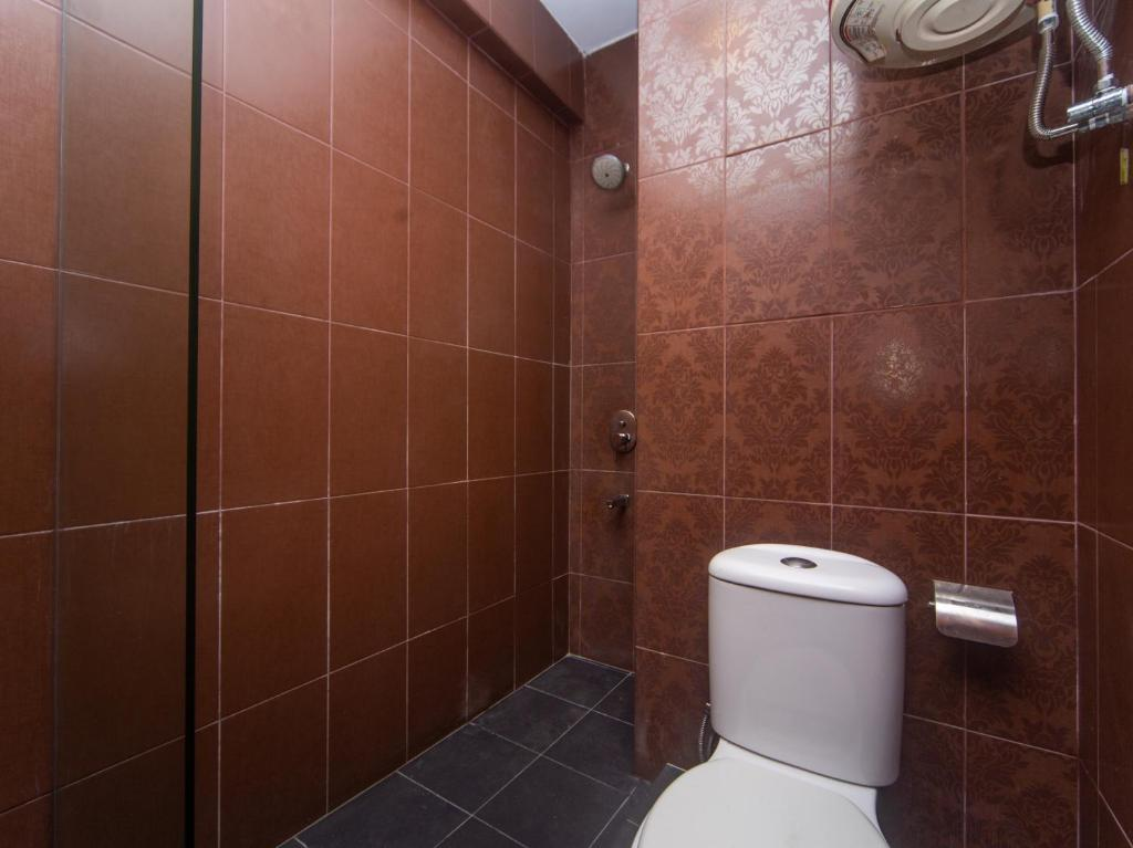 A bathroom at OYO 1030 Nak Hotel Near Hospital Duchess of Kent