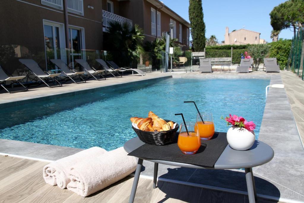 Piscine de l'établissement Best Western Plus Hyères Côte D'Azur ou située à proximité