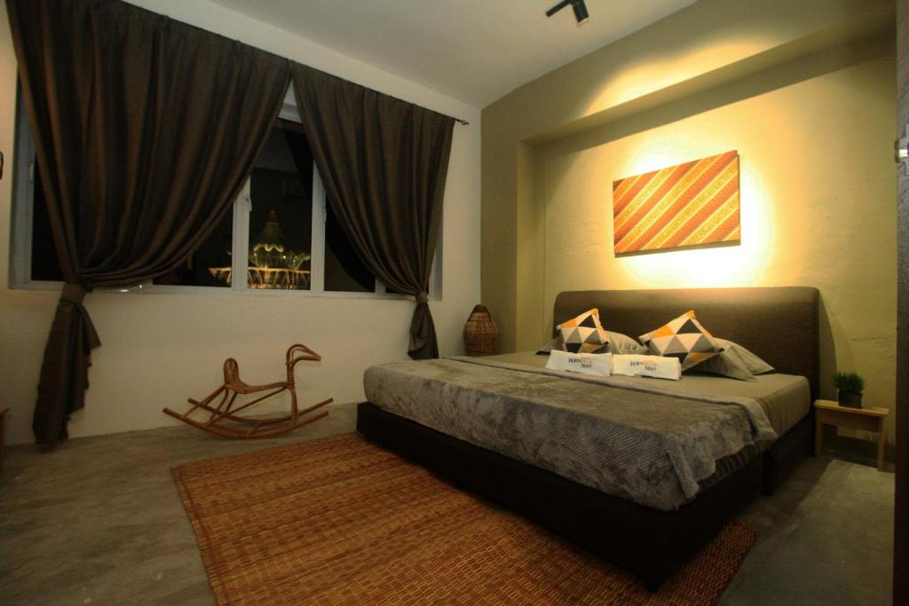 A bed or beds in a room at Hornbill's Nest Kuching