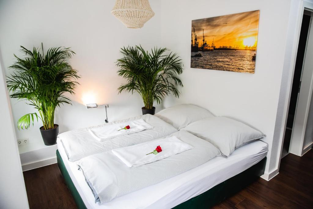 A bed or beds in a room at St Pauli CITY Apartment