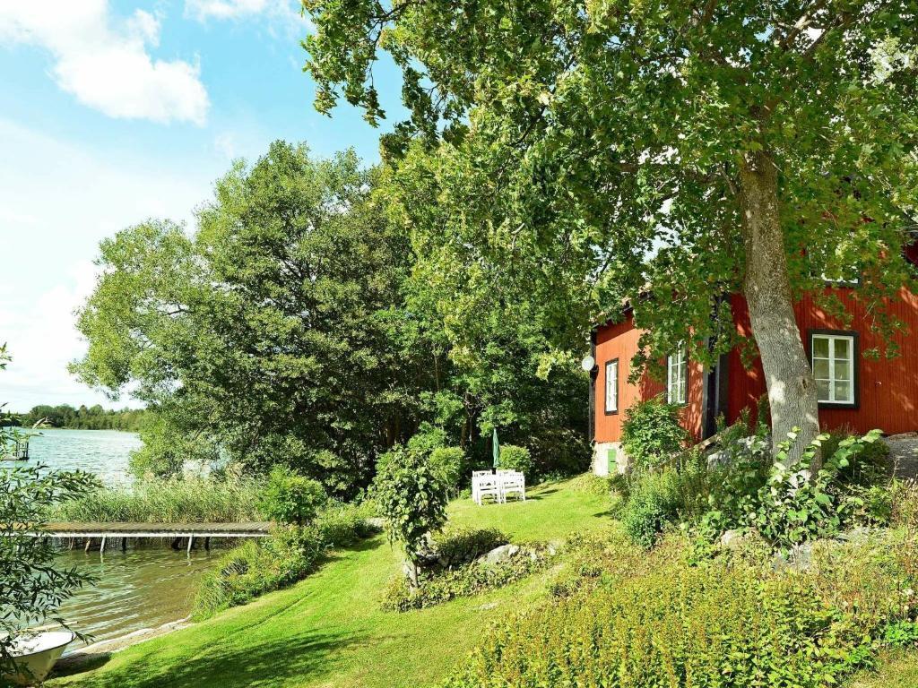 Ein Garten an der Unterkunft Two-Bedroom Holiday home in Mariefred