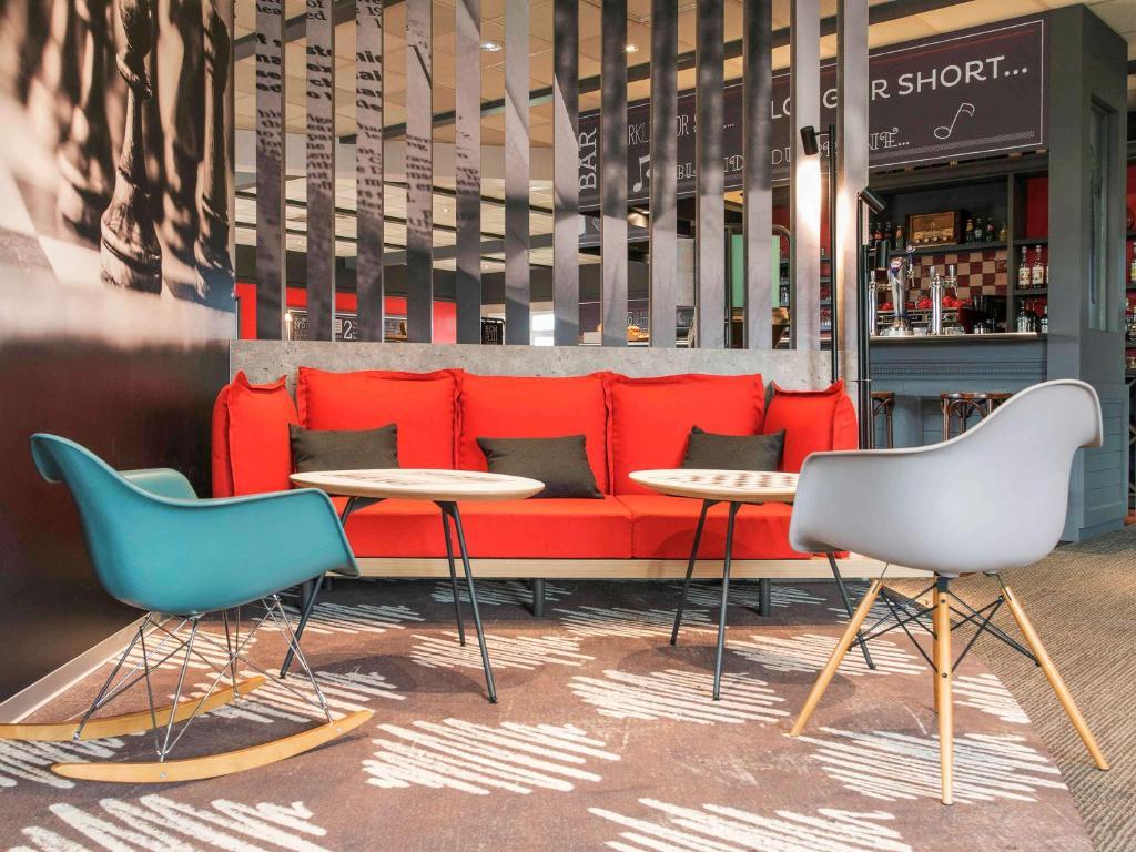 The lounge or bar area at ibis Falaise Coeur de Normandie