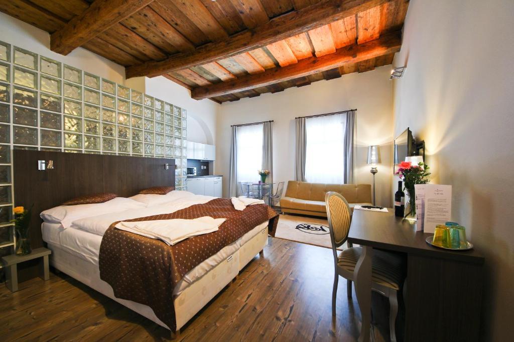 Postel nebo postele na pokoji v ubytování U Tří Hrušek Suites & Apartments