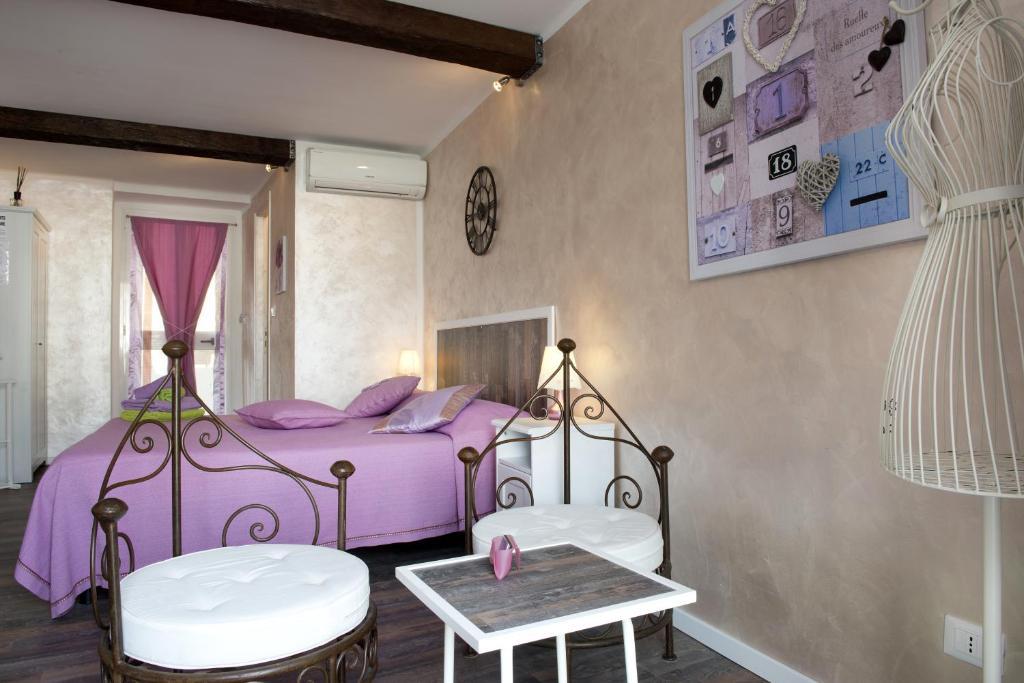 A bed or beds in a room at La Finestra Sulla Reggia