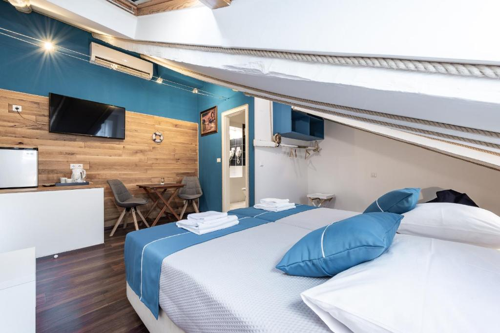 A bed or beds in a room at Nautica Rooms 1