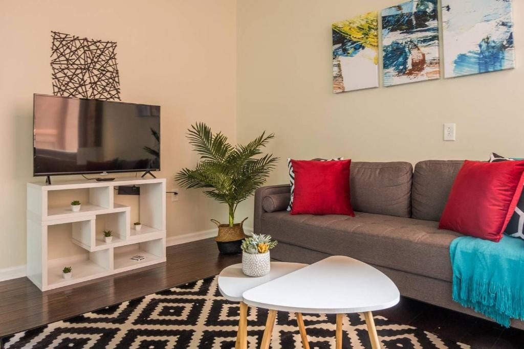 A seating area at Arts + Culture at 1br Suite Near Benedum Center
