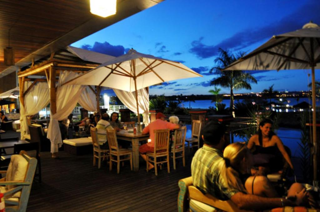 A restaurant or other place to eat at Flat à Beira Lago