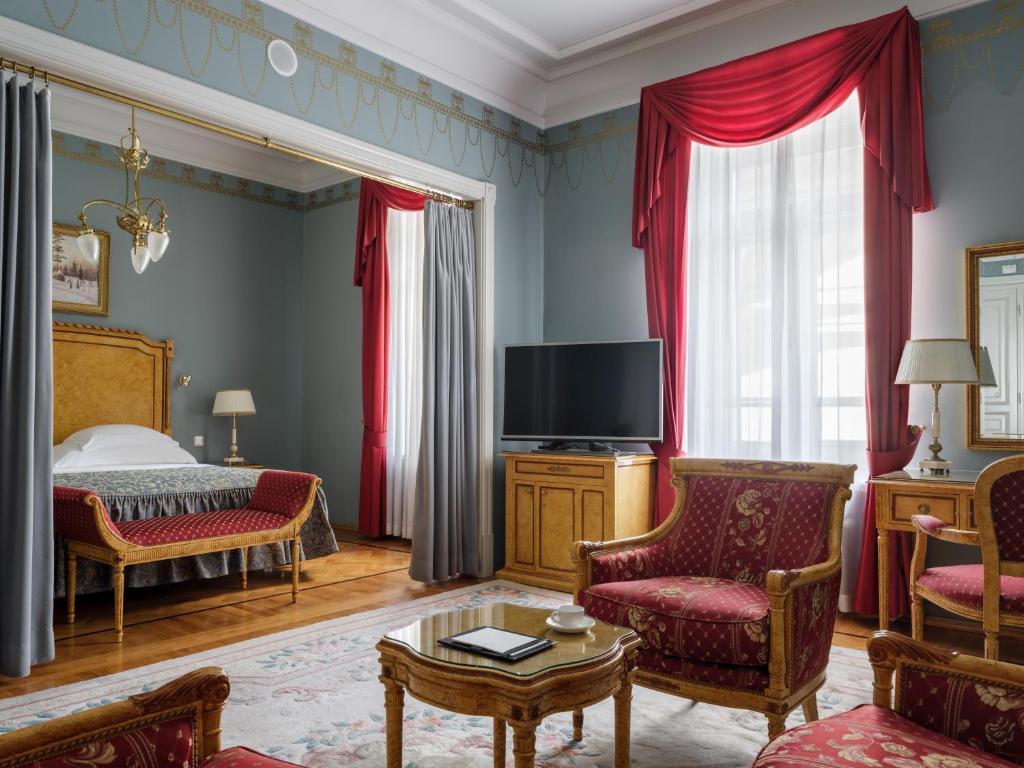 Телевизор и/или развлекательный центр в Отель Националь, The Luxury Collection, Москва