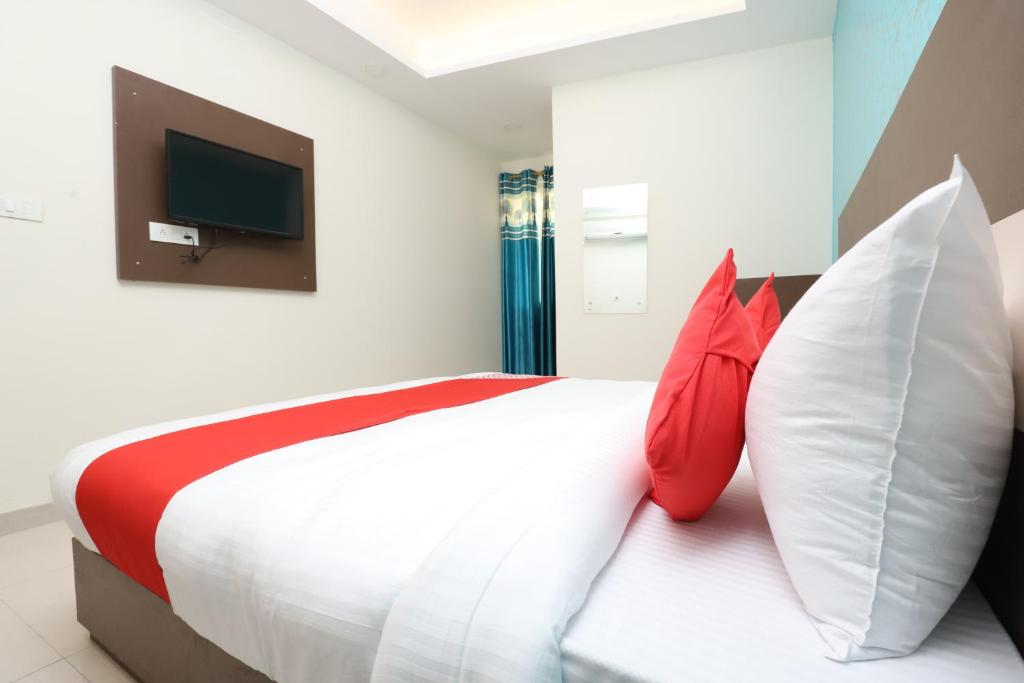 A bed or beds in a room at Hotel SR Plaza