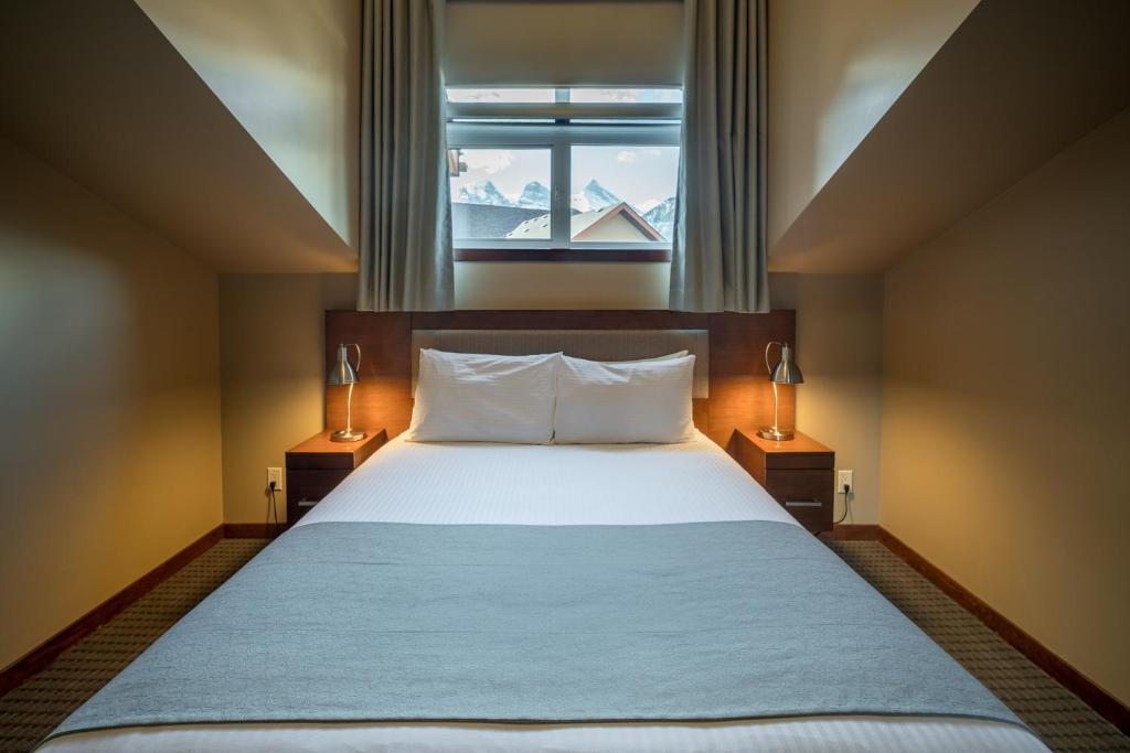 מיטה או מיטות בחדר ב-Falcon Crest Lodge by CLIQUE