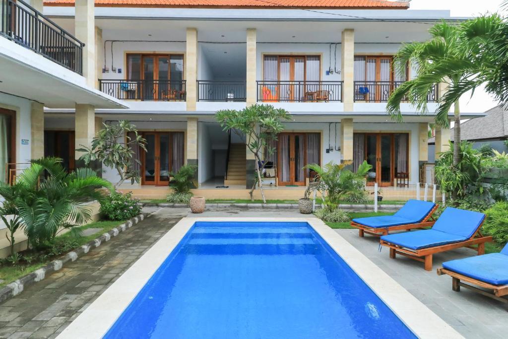 Der Swimmingpool an oder in der Nähe von Canggu Nadi Guest House