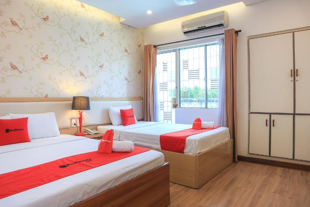 A bed or beds in a room at RedDoorz near Nguyen Hue Walking Street 3