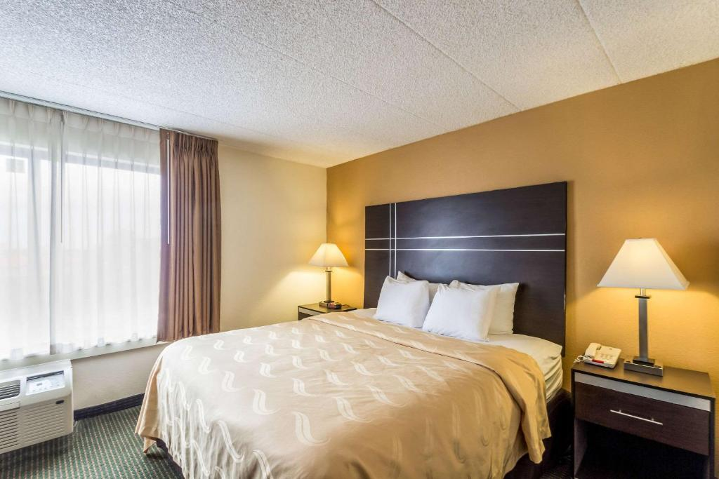 A bed or beds in a room at Quality Suites Milwaukee Airport