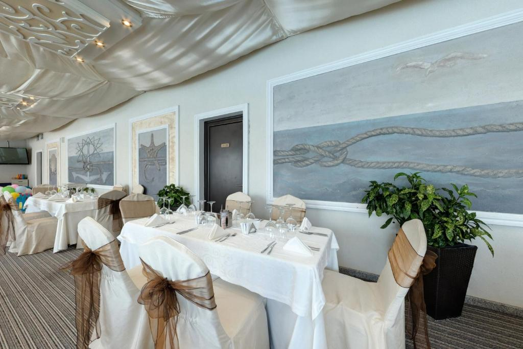 A restaurant or other place to eat at Penelopa Palace Apart Hotel & SPA