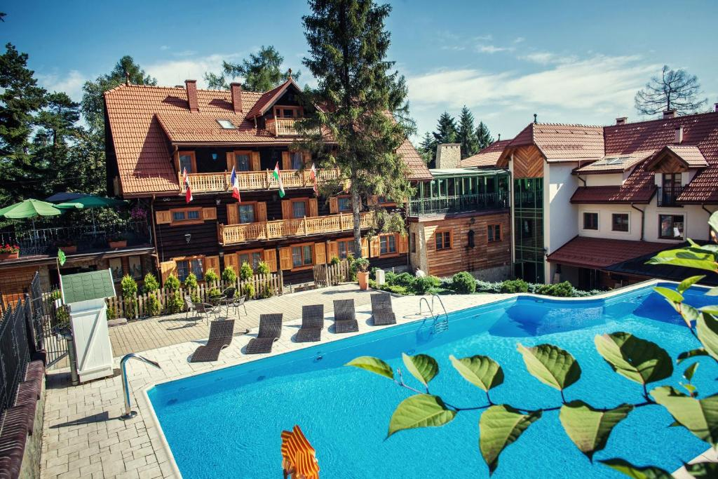 The swimming pool at or close to Hotel Modrzewiówka