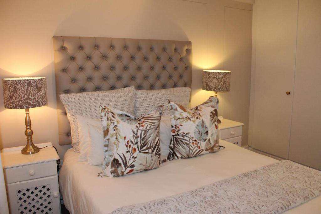 Een bed of bedden in een kamer bij Knysna Quays Accommodation
