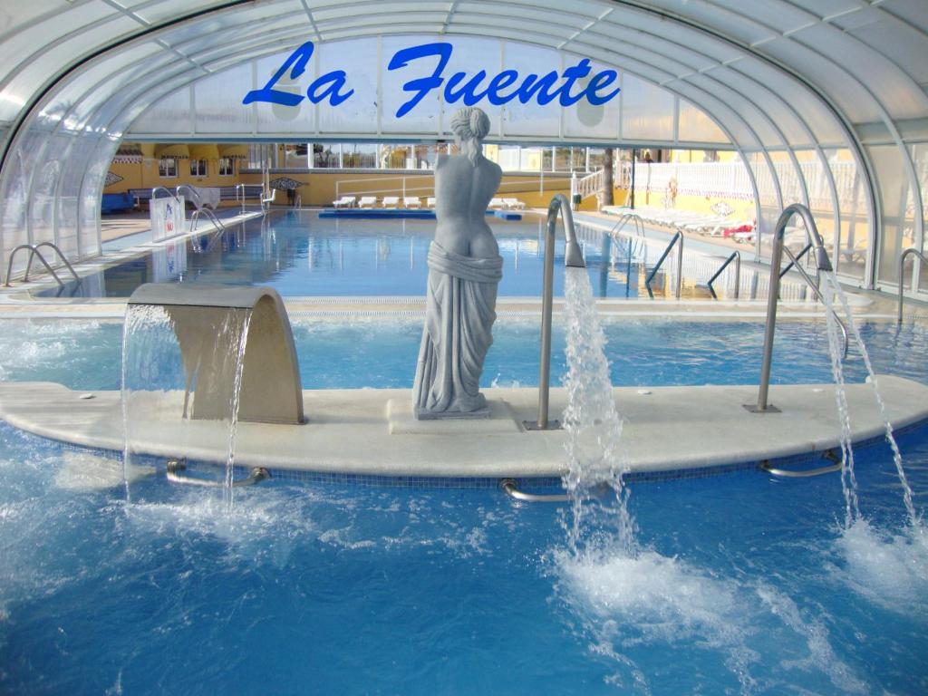 The swimming pool at or close to Complejo Hostelero La Fuente
