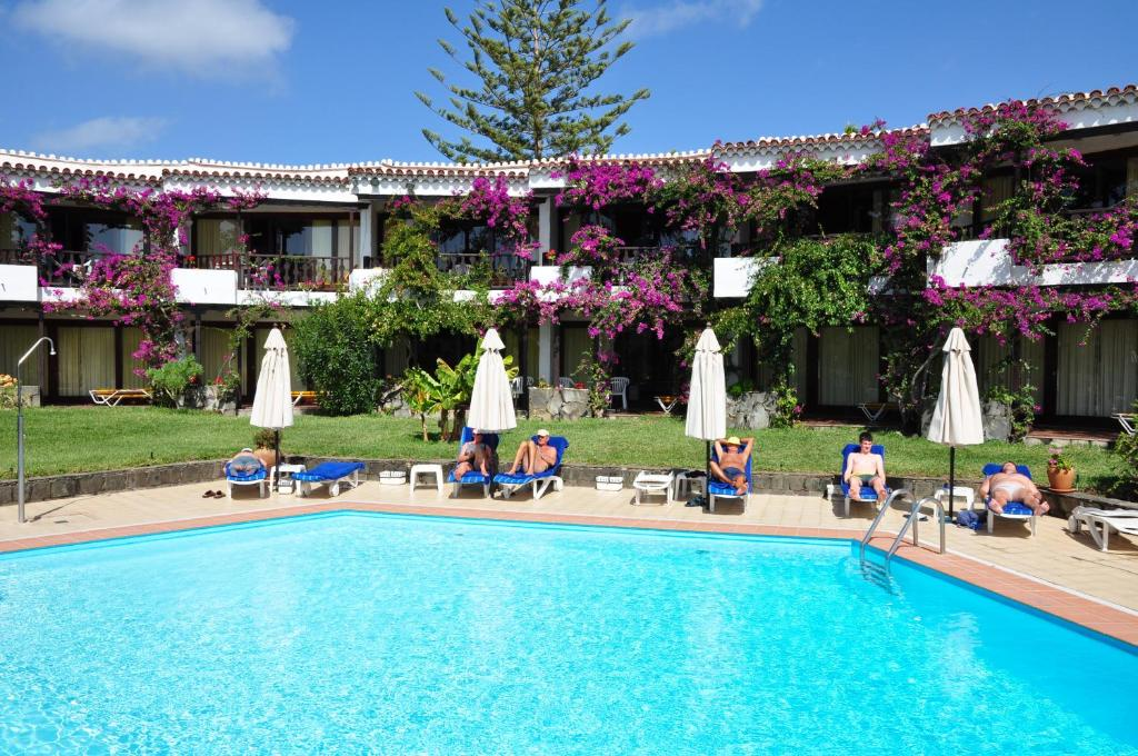 The swimming pool at or near Apartamentos Casas Carmen