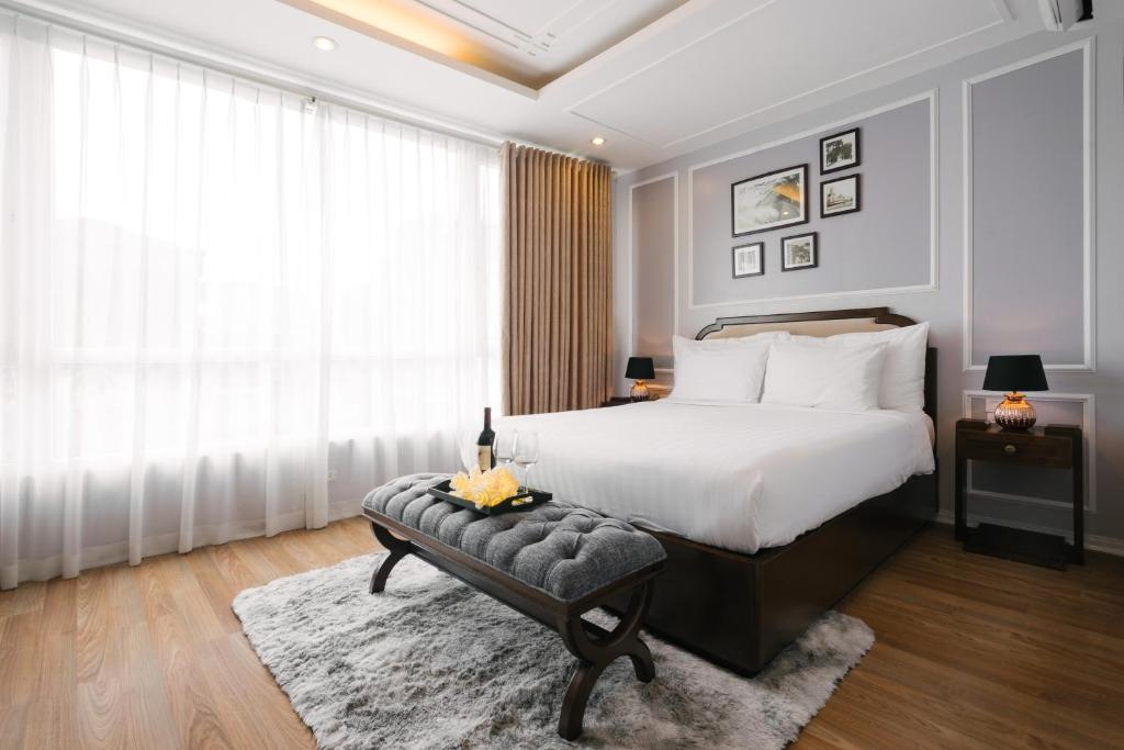A bed or beds in a room at Spring Flower Hotel