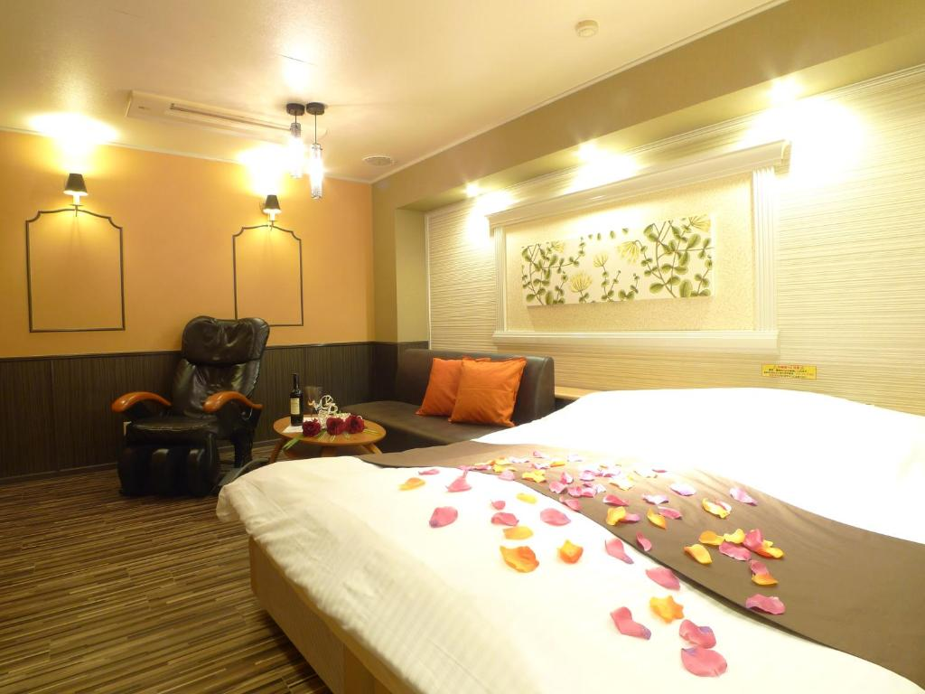 A bed or beds in a room at Hotel GOLF Hodogaya (Adult Only)