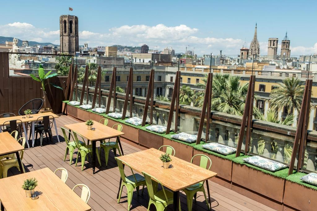 A restaurant or other place to eat at Kabul Party Hostel Barcelona
