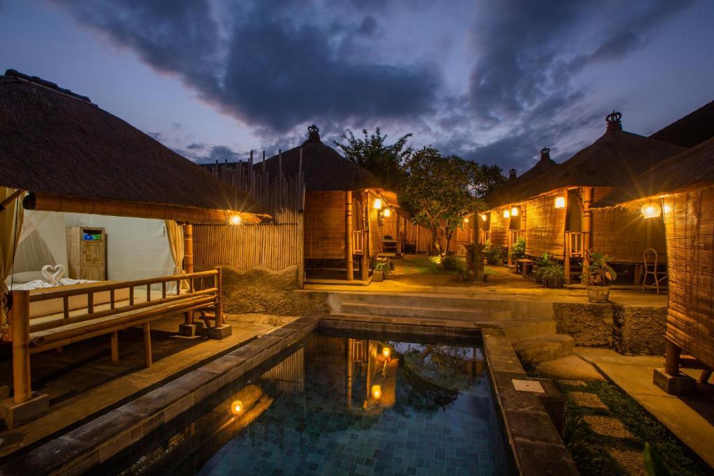Der Swimmingpool an oder in der Nähe von Salty Shakas Bamboo Stay Canggu