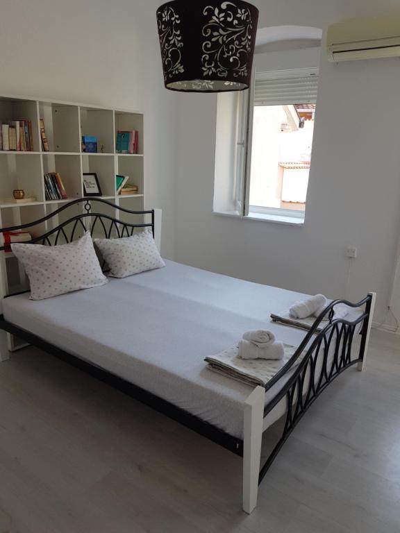 Una cama o camas en una habitación de Guesthouse Ajla