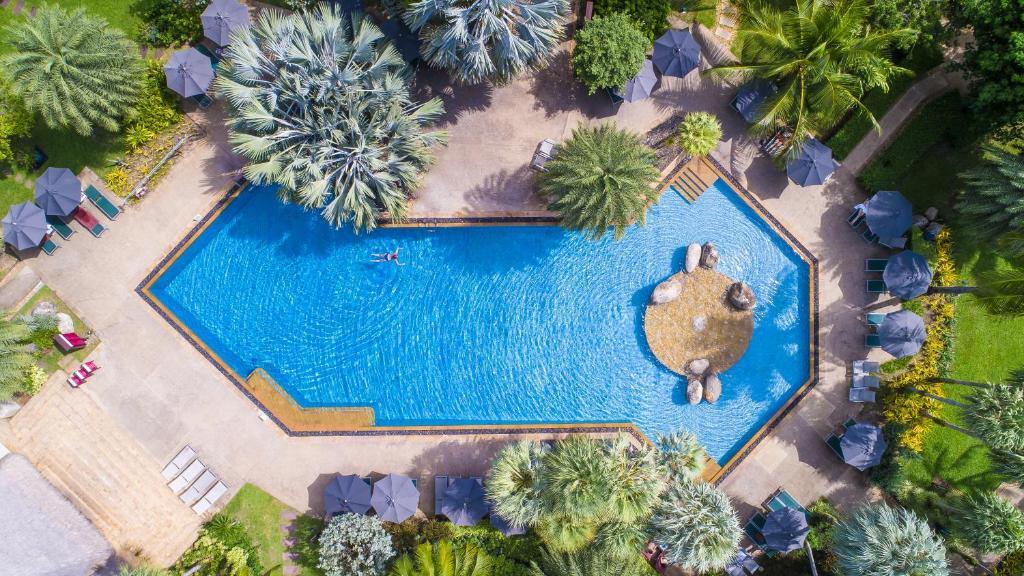 Вид на бассейн в Mövenpick Resort & Spa Karon Beach Phuket или окрестностях