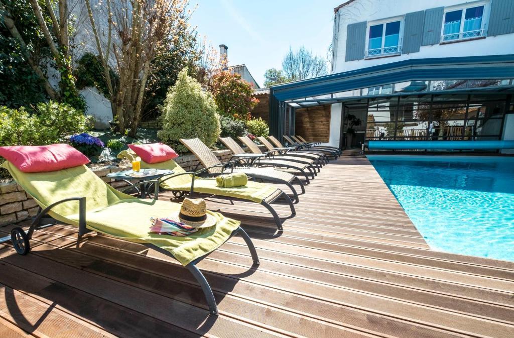 Der Swimmingpool an oder in der Nähe von Hôtel de La Marée