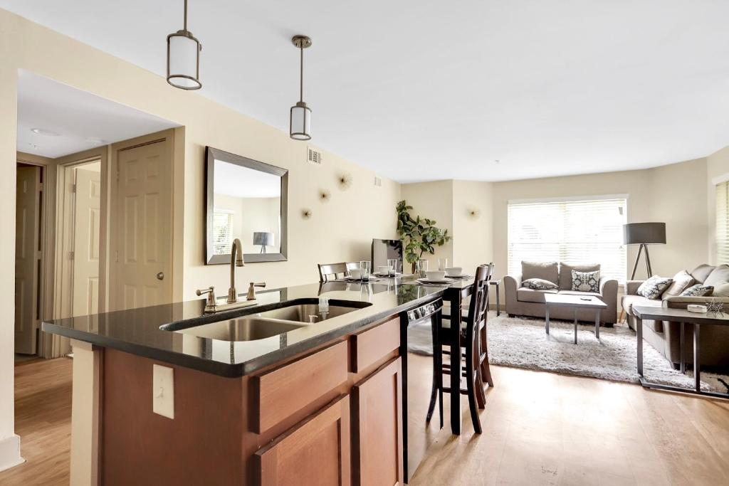 Bussiness Class 1 Bedroom Downtown Condo*Free Parking*Self ...