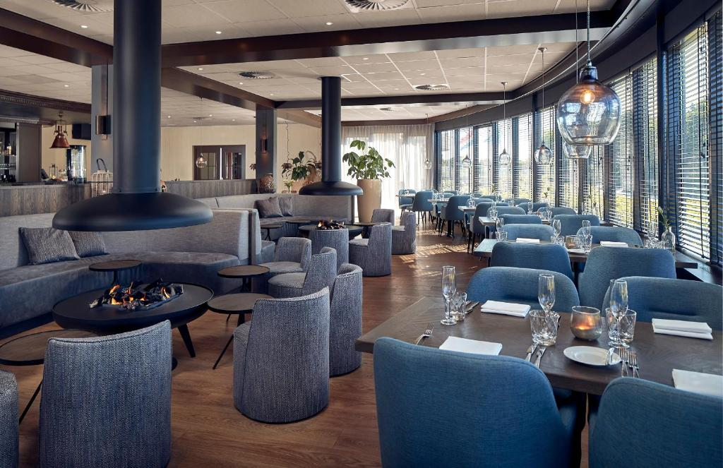 The lounge or bar area at WestCord Hotel Noordsee