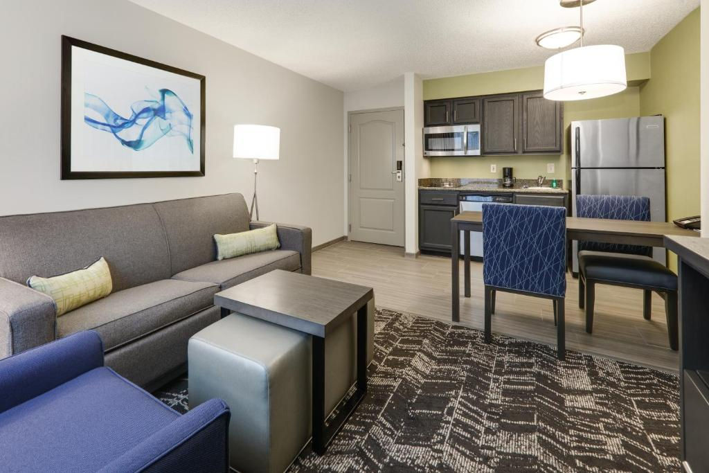 A seating area at Homewood Suites by Hilton Saint Louis-Chesterfield