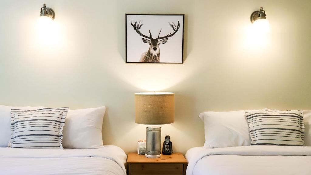 เตียงในห้องที่ West Coast Trail Lodge