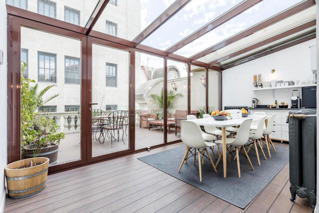 מסעדה או מקום אחר לאכול בו ב-Home Suite Home Gran Via