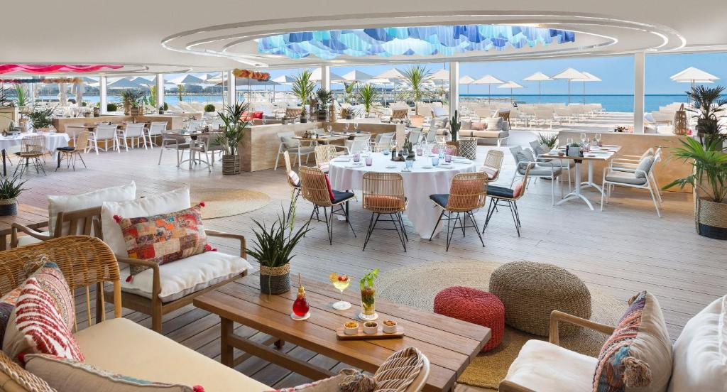 A restaurant or other place to eat at Hôtel Barrière Le Majestic Cannes