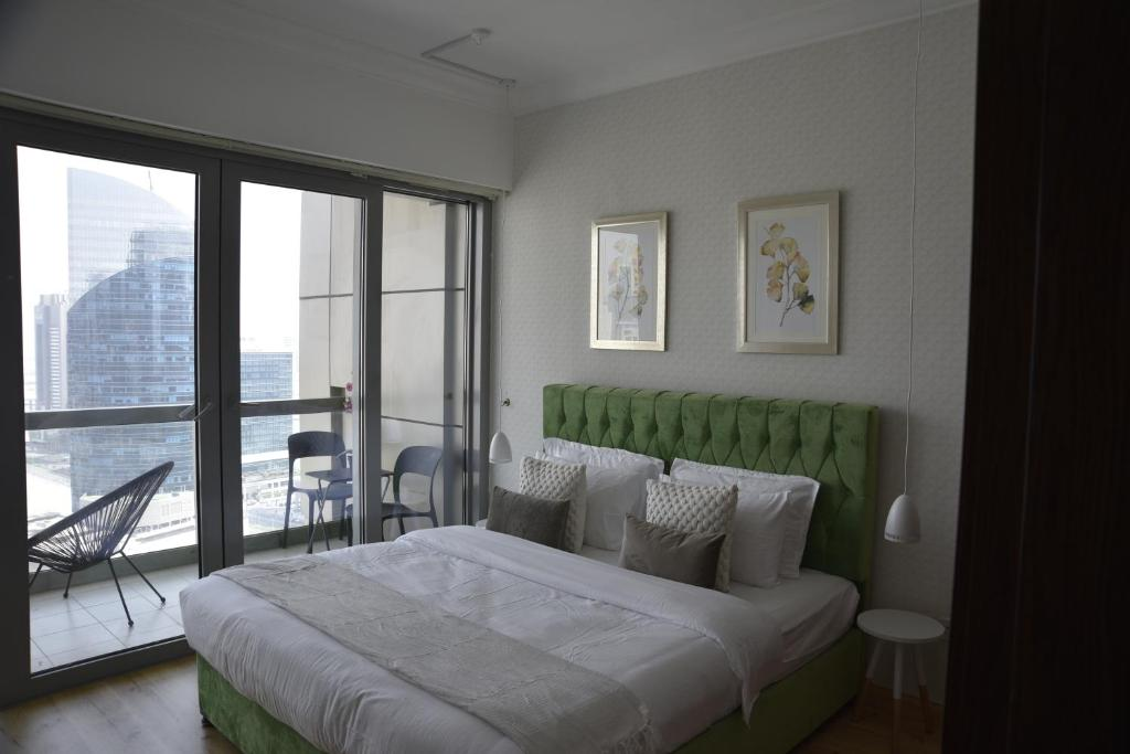 A bed or beds in a room at 8 Boulevard Walk - Luxurious 1 Bedroom, Downtown Dubai