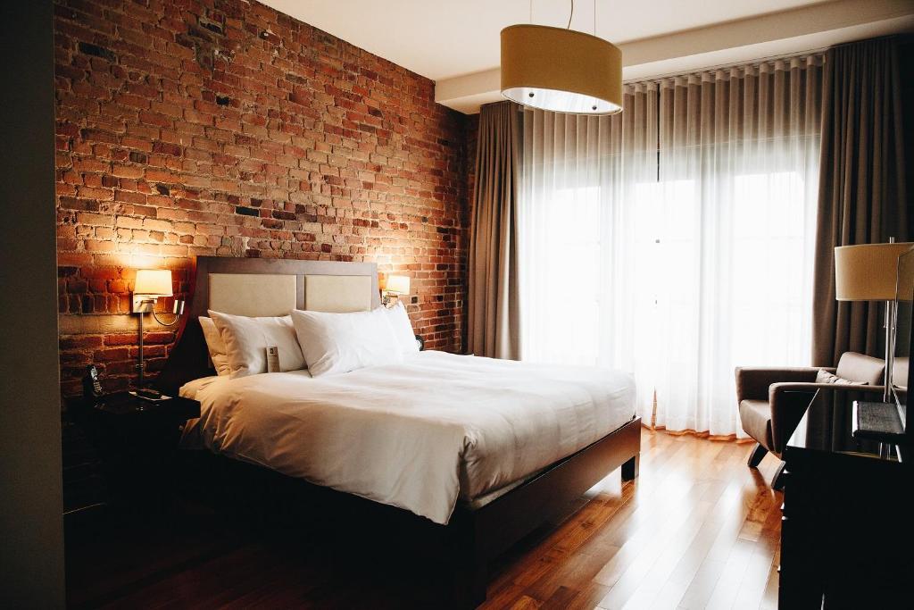 Cama ou camas em um quarto em Hotel Nelligan