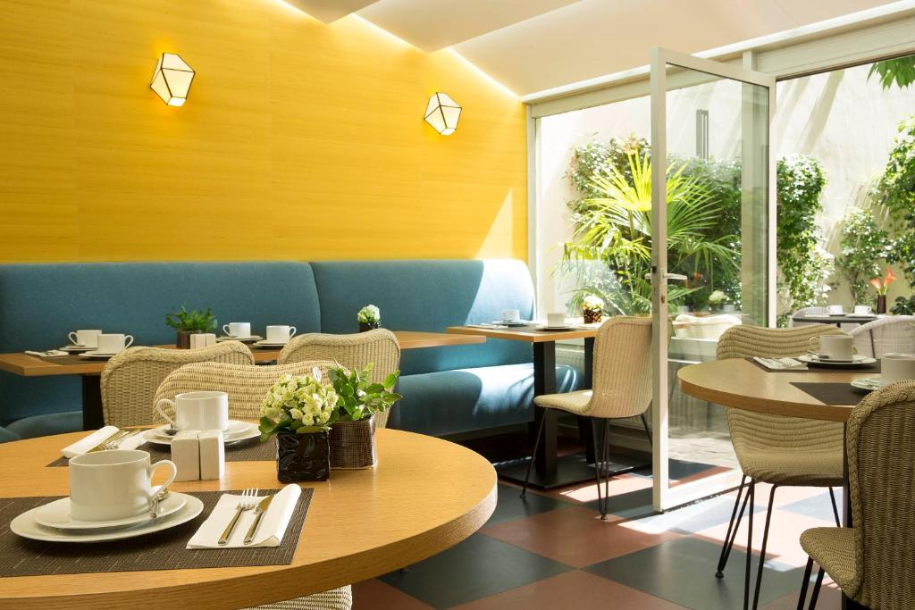 A restaurant or other place to eat at Hôtel A La Villa des Artistes