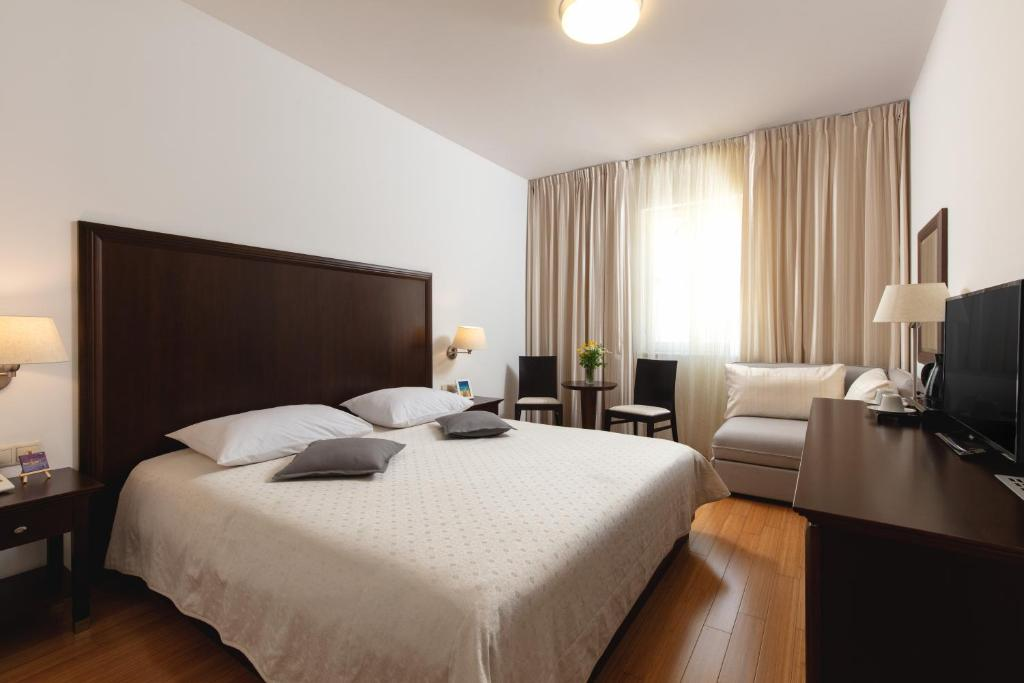 A bed or beds in a room at Hotel Croatia