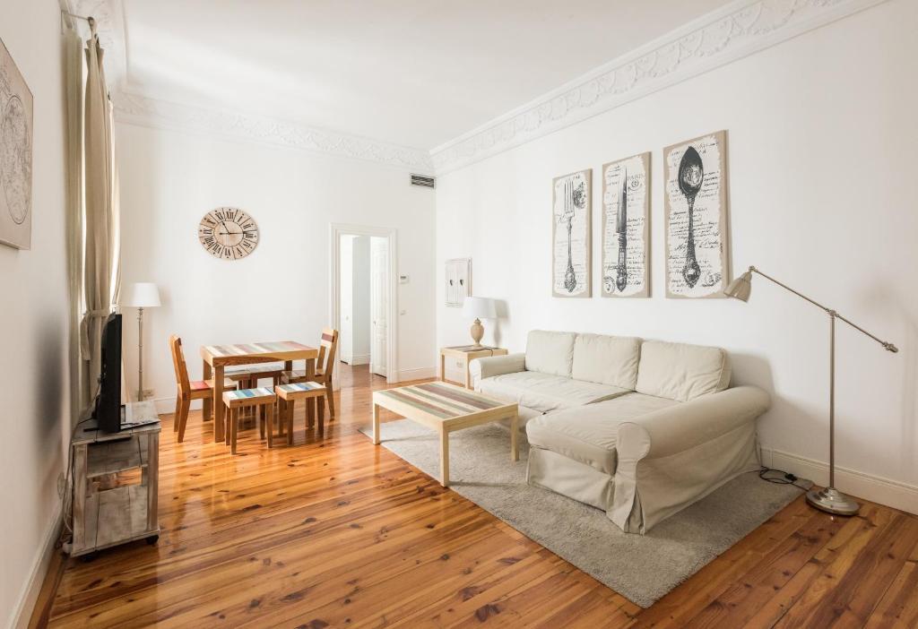 Area tempat duduk di Apartamentos Alcalá 55