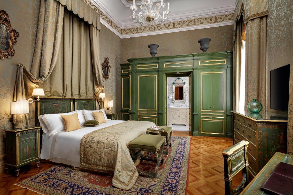 سرير أو أسرّة في غرفة في فندق دانييلي، لكشري كولكشن هوتل