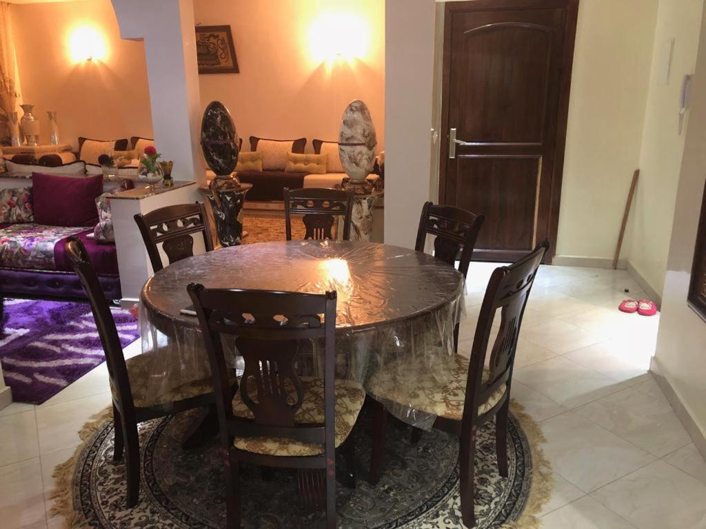 A restaurant or other place to eat at مطار محمد الخامس